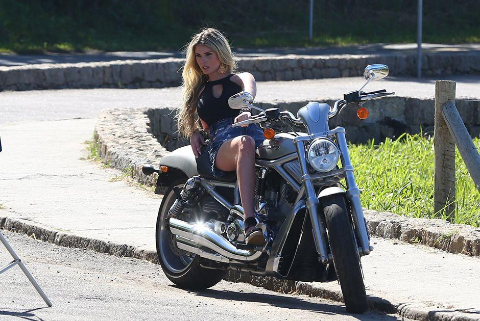Bárbara Evans posa para ensaio em cima de moto / Dilson Silva/AgNews