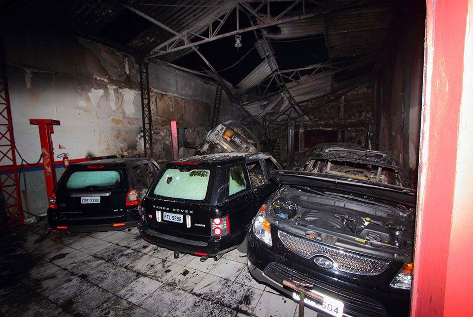 Carros de luxo ficaram completamente destruídos na Avenida Santo Amaro / Nivaldo Lima/Futura Press/Folhapress