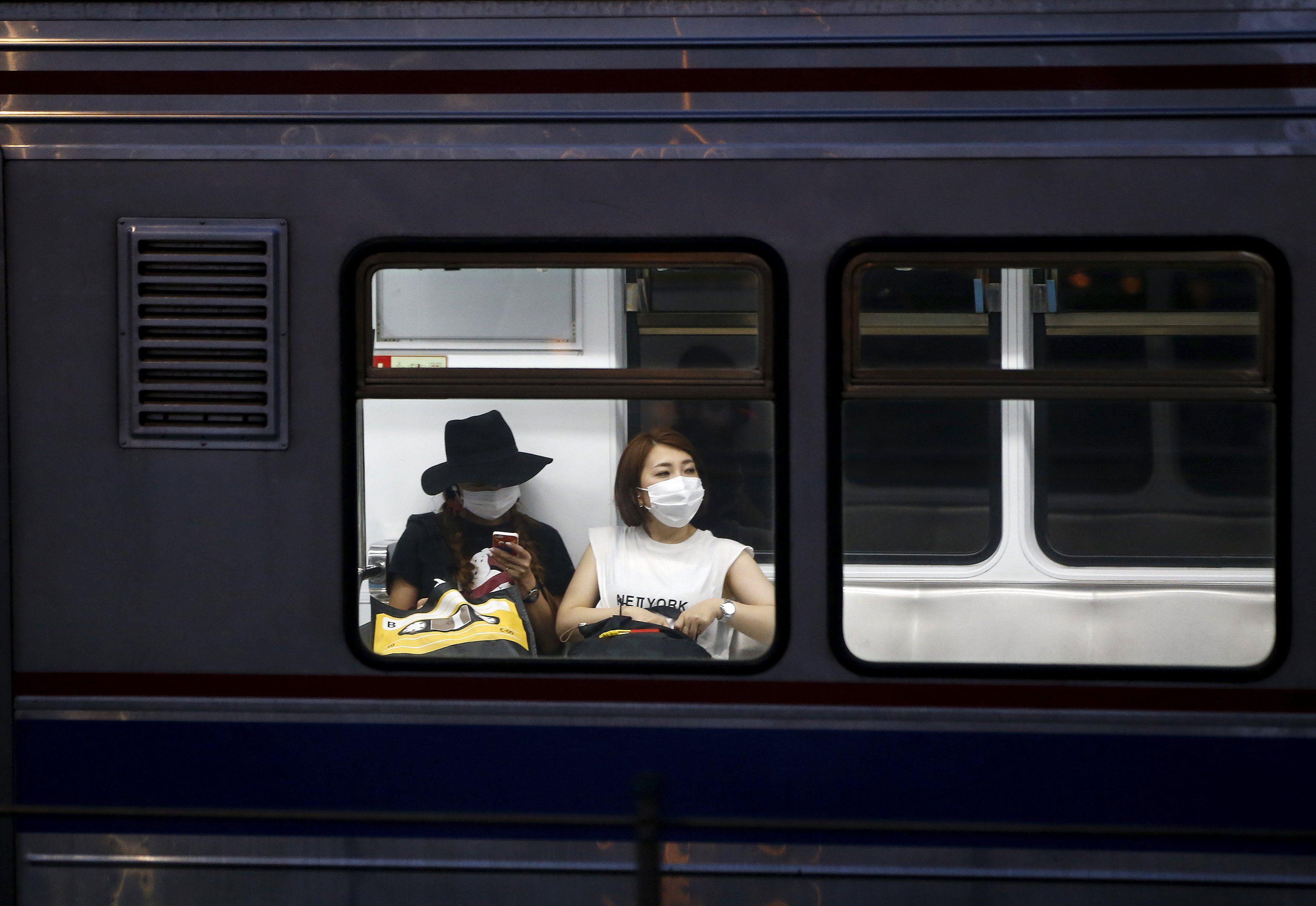 Passageiros usam máscaras em trem na Coreia do Sul / Reuters