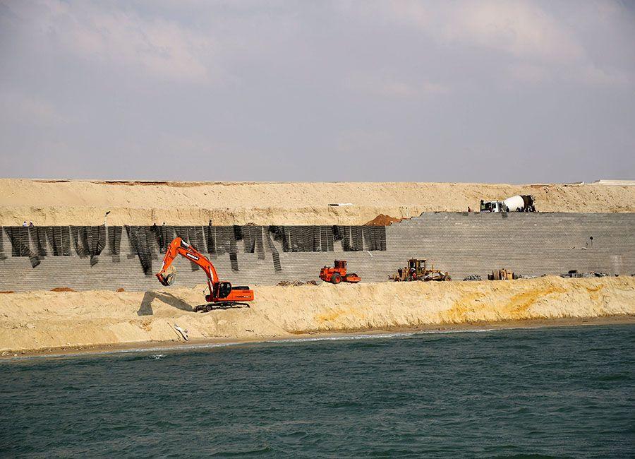 Tratores trabalham no Novo Canal de Suez / Asmaa Waguih/REUTERS