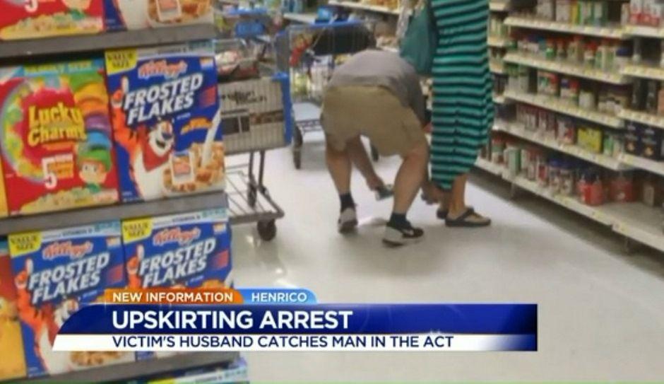 Homem foi flagrado fotografando por baixo da saia de mulher / Reprodução