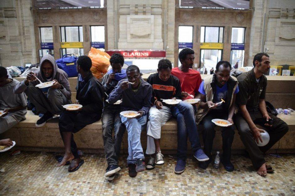 Imigrantes estavam vivendo na Estação Central de Milão / Olivier Morin / AFP