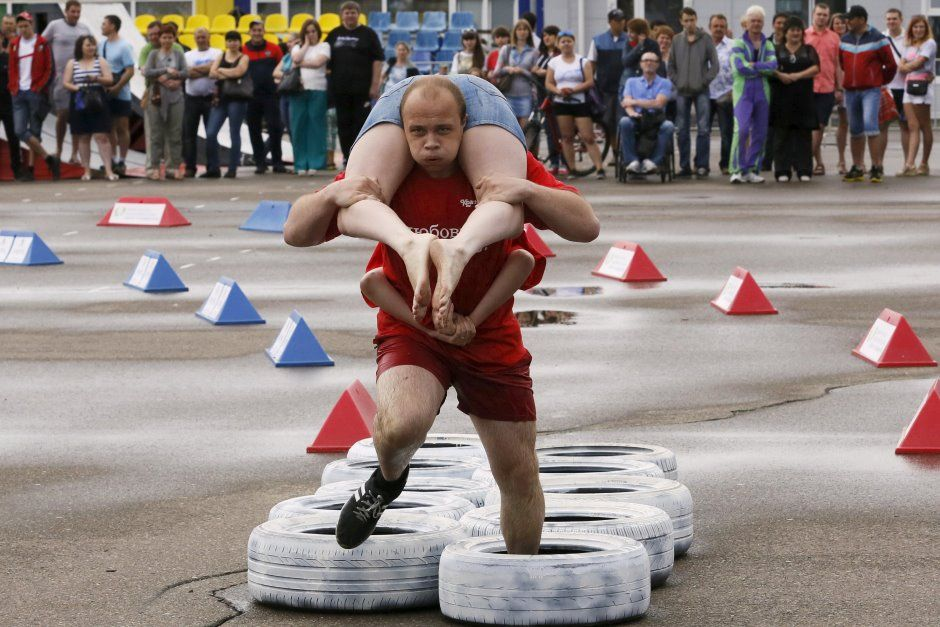 Homem tenta superar obstáculo durante corrida / Ilya Naymushin/Reuters