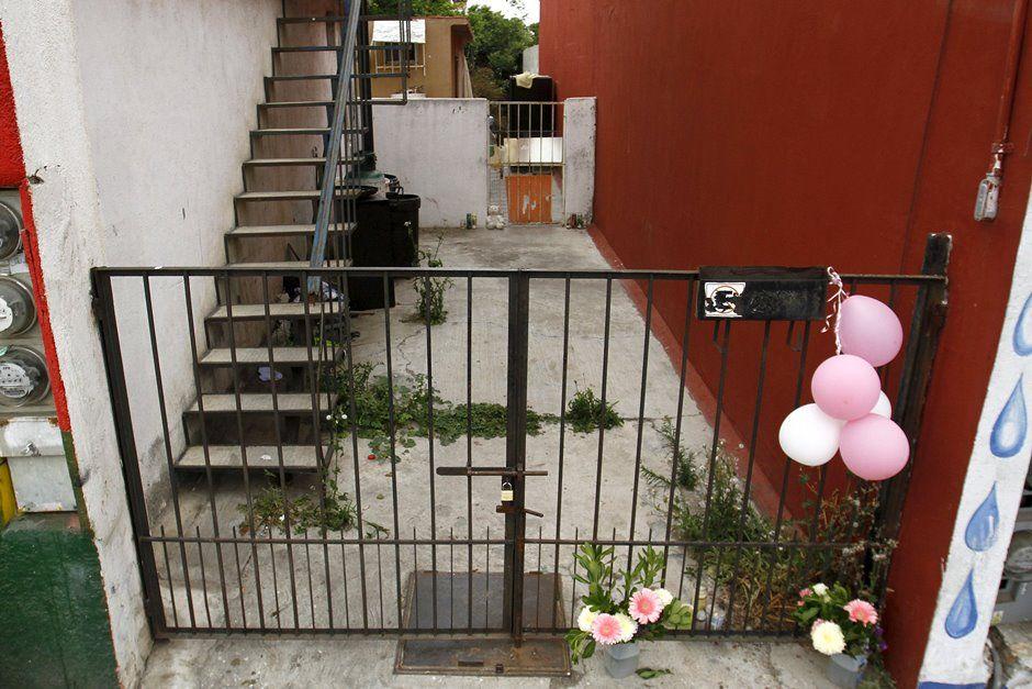 Flores e balões são deixados na porta da casa da família em Tijuana / Jorge Duenes/Reuters