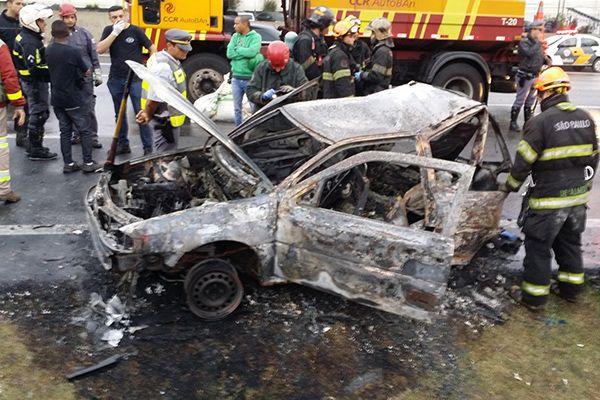 Havia duas crianças e os pais dentro do carro; mãe não conseguiu sair do veículo / Reginaldo Castro / Folhapress