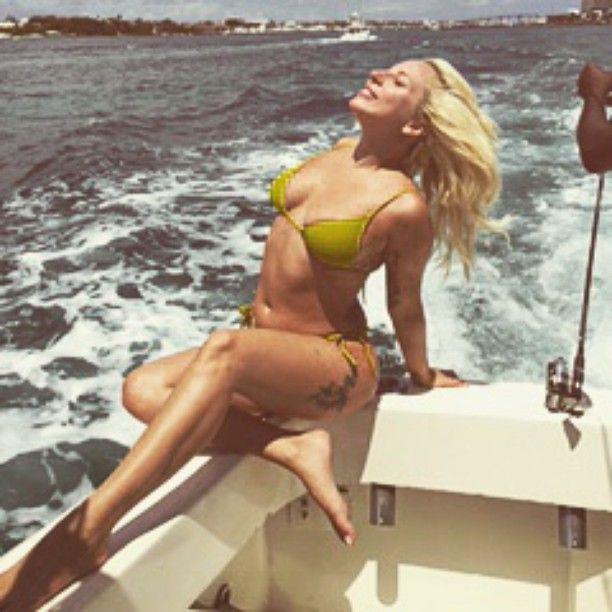 Gaga posa sensualmente em cima de lancha / Divulgação/Instagram