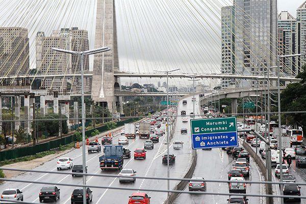 Redução será de 20 quilômetros nas pistas expressas e 10 nas centrais e locais / Marivaldo Oliveira / Futura Press / Folhapress