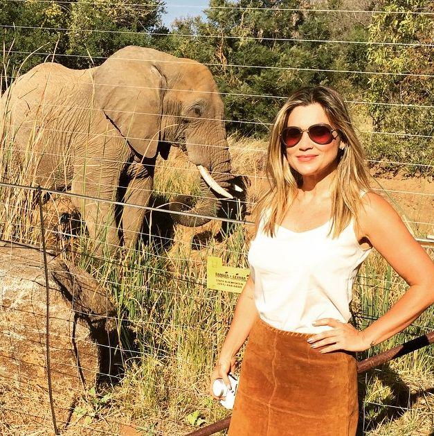 Flávia Alessandra posa com elefante na África / Divulgação/Instagram
