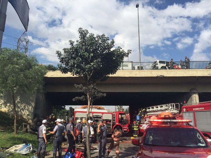 Caminhão cai da Ponte da Vila Maria / Beatriz Backes/Rádio SulAmérica Trânsito