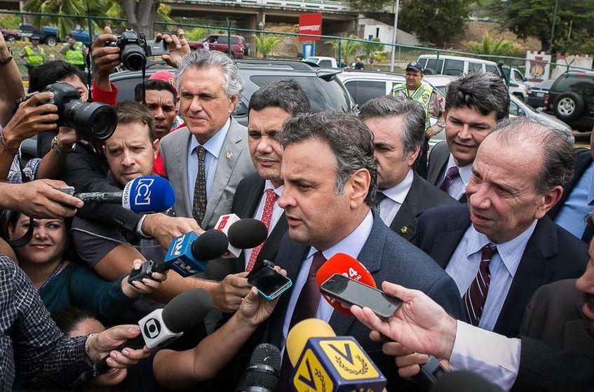 Aécio Neves fala a imprensa em visita tumultuada a Caracas / Reprodução/Twitter