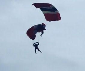 Homem é salvo em pleno ar, após problema em paraquedas / REUTERS
