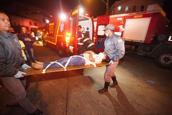 Vítimas foram encaminhadas a um hospital da região / Mário Angelo / Folhapress