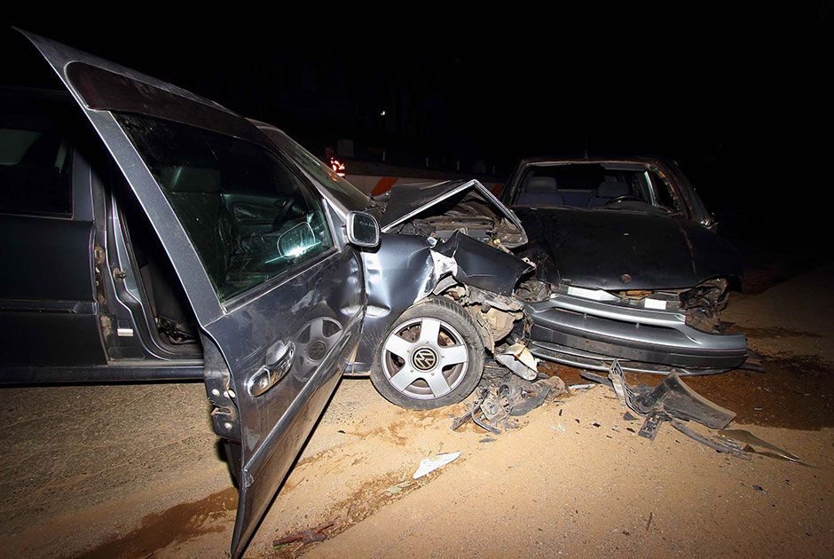 Mulher que estava na calçada foi atingida por um dos veículos que saiu da pista e caiu em um barranco, mas sobreviveu / Nivaldo Lima/Futura Press/Folhapress