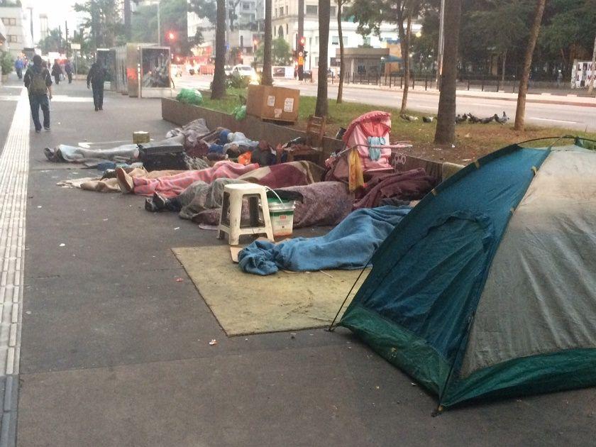 Moradores de rua dormem durante o primeiro dia de inverno