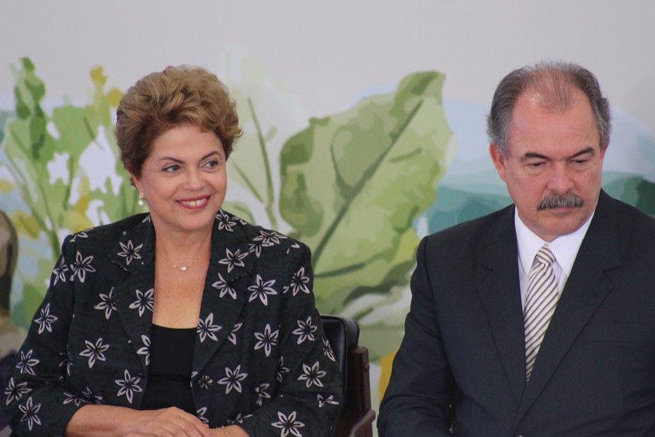 Dilma, ao lado de Mercadante, lança Plano Nacional de Agricultura Familiar / Charles Sholl/Futura Press/Folhapress