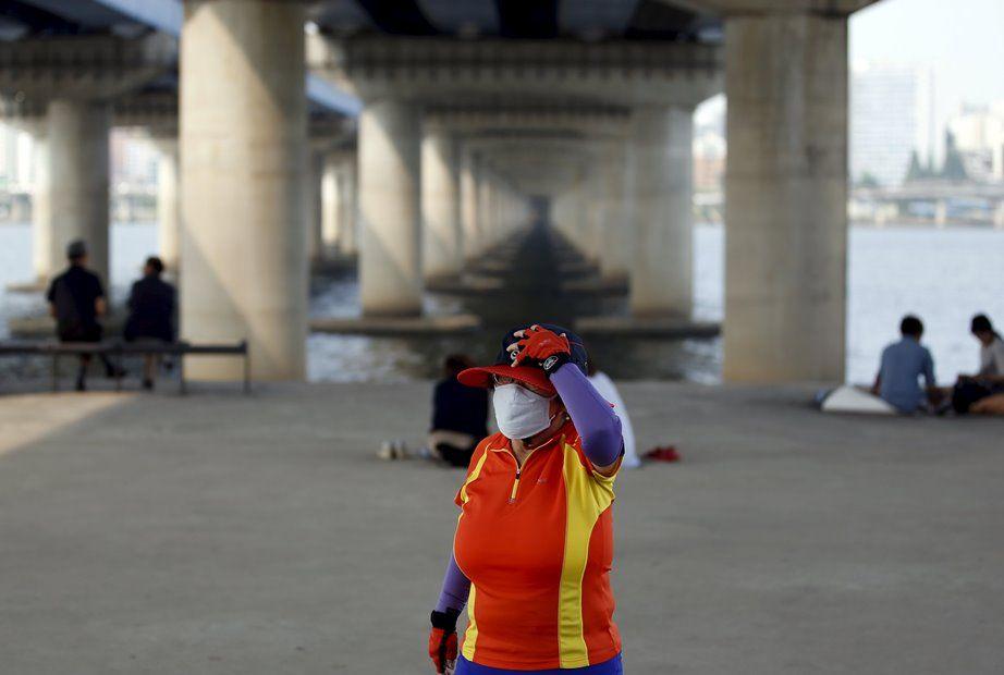 Sul-coreanos usam máscaras para prevenir a Mers / REUTERS/Kim Hong-Ji