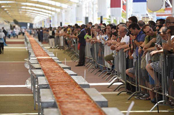Pizza precisou de 18 horas para ficar pronta e pesava cinco toneladas / Oliver Morin / AFP