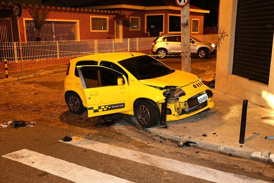 Carro subiu na calçada e bateu na pilastra de um salão do cabeleireiro / Edison Temoteo/Futura Press/Folhapress