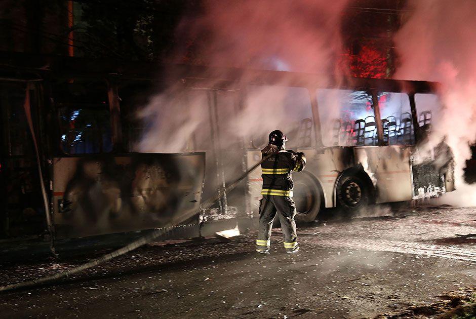 Fogo atingiu a fiação elétrica e algumas árvores da via / Edison Temoteo/Futura Press/Folhapress