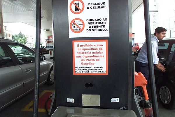 Aviso indica que é proibido usar celular nas dependências do posto / Ormuzd Alves / Folhapress