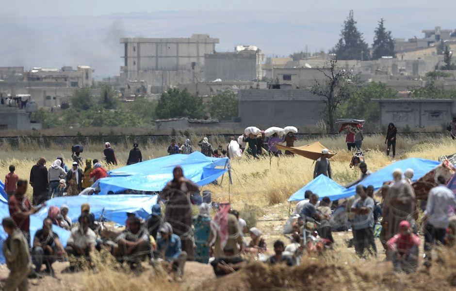 Curdo sírios voltam para a cidade Kobane / BULENT KILIC / AFP