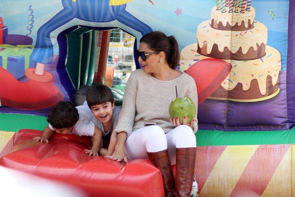 Juliana Paes brinca com os filhos / JC Pereira/AgNews