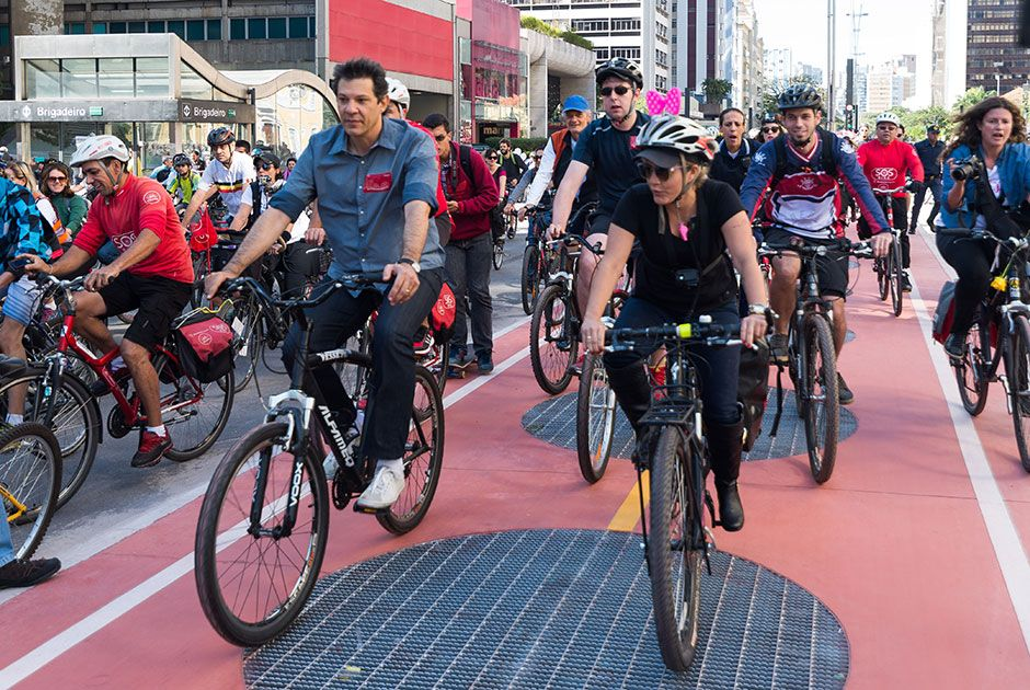 Haddad aproveitou para pedalar na ciclovia / Bruno Fernandes /Fotoarena/Folhapress