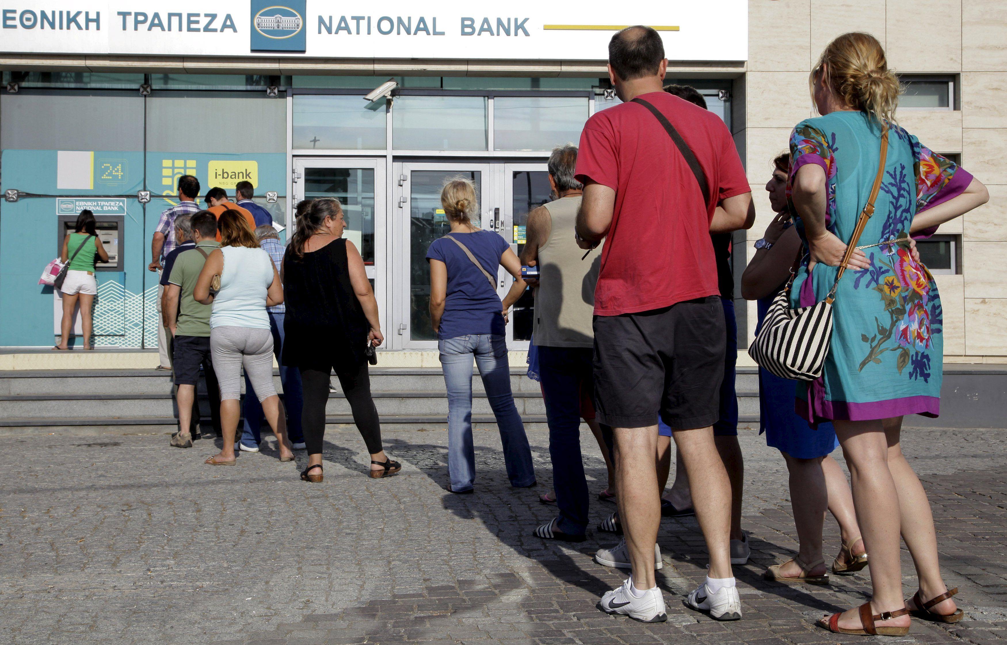 Gregos fazem fila para usar caixa eletrônico em Creta / Reuters
