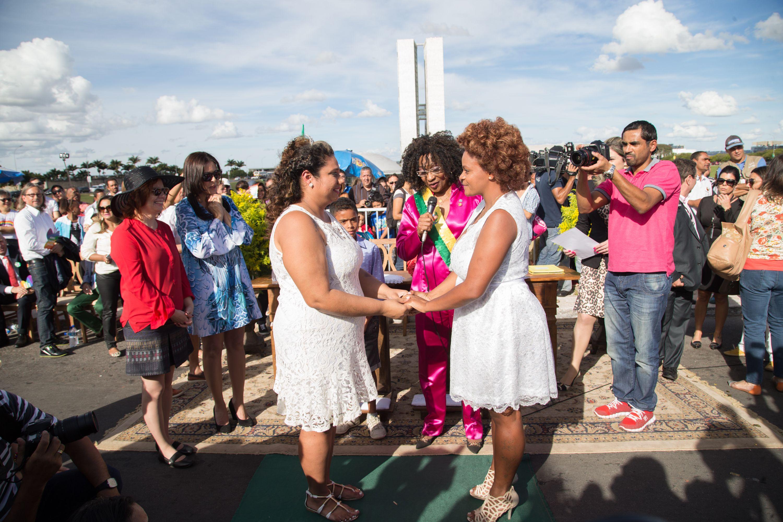 Casal oficializa a união em casamento coletivo gay em Brasília / Ed Ferreira /Folhapress
