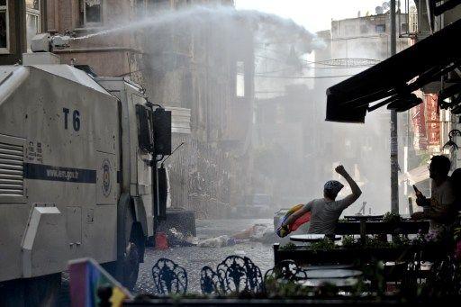 Polícia usou canhões de água para reprimir parada gay em Instambul
