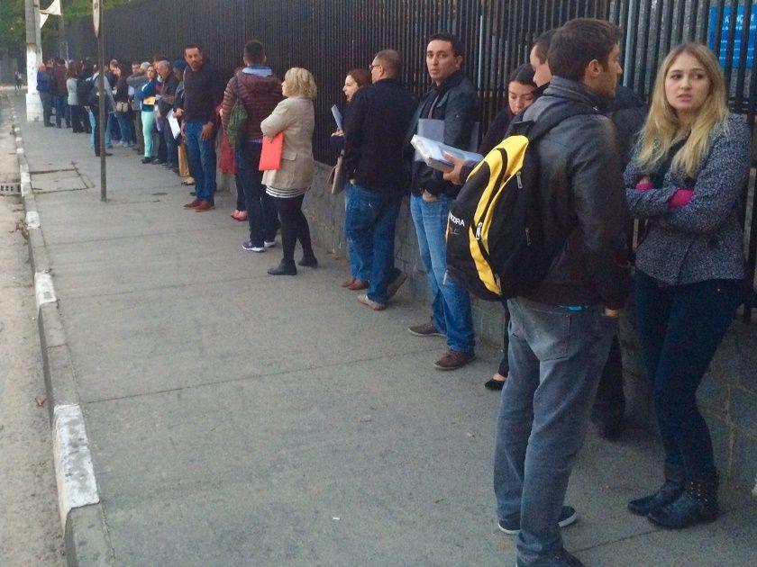 No consulado em SP, a fila voltou a se formar na calçada, indicando o reinício dos atendimentos / Caetano Cury/Rádio Bandeirantes