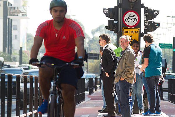 Andar de bicicleta é alternativa para driblar trânsito e ter vida mais saudável  / Dário Oliveira / Código19 / Folhapress