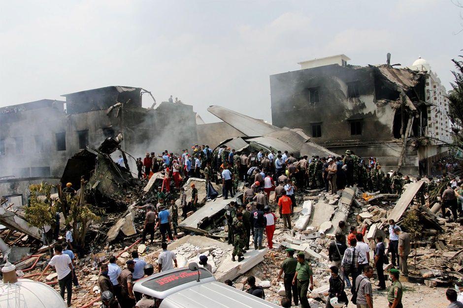 Operações de socorro estão sendo feitas no local do acidente / AFP PHOTO / HENDRA