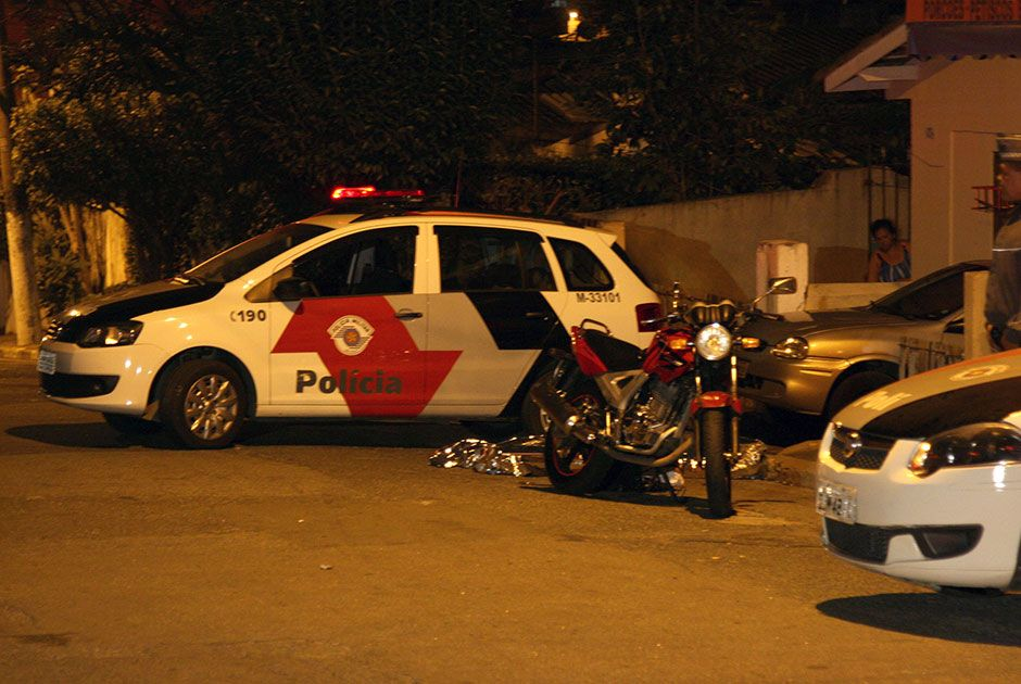Segundo a PM, a policial teria sido interceptada pela dupla em uma outra motocicleta / Edison Temoteo/Futura Press/Folhapress