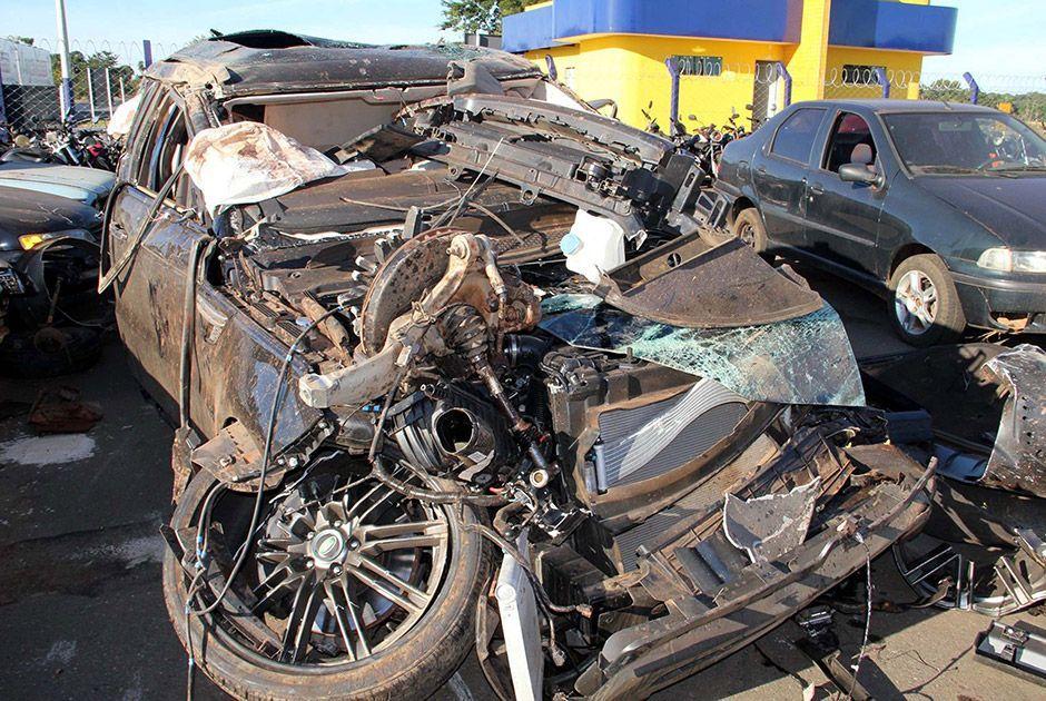 Range Rover fica destruída após acidente
