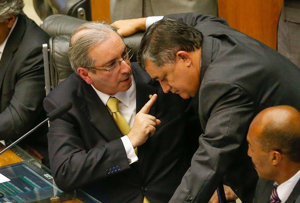 Eduardo Cunha (PMDB-RJ) fala com líder do governo na Câmara, José Guimarães (PT-CE) / Pedro Ladeira/Folhapress