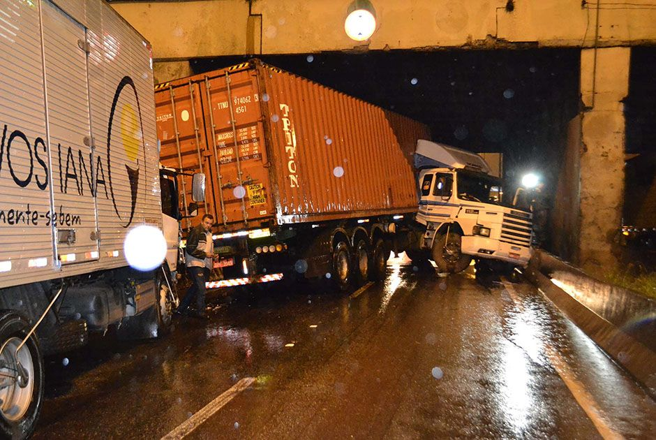 SP: seis caminhões causam engavetamento na Marginal Tietê