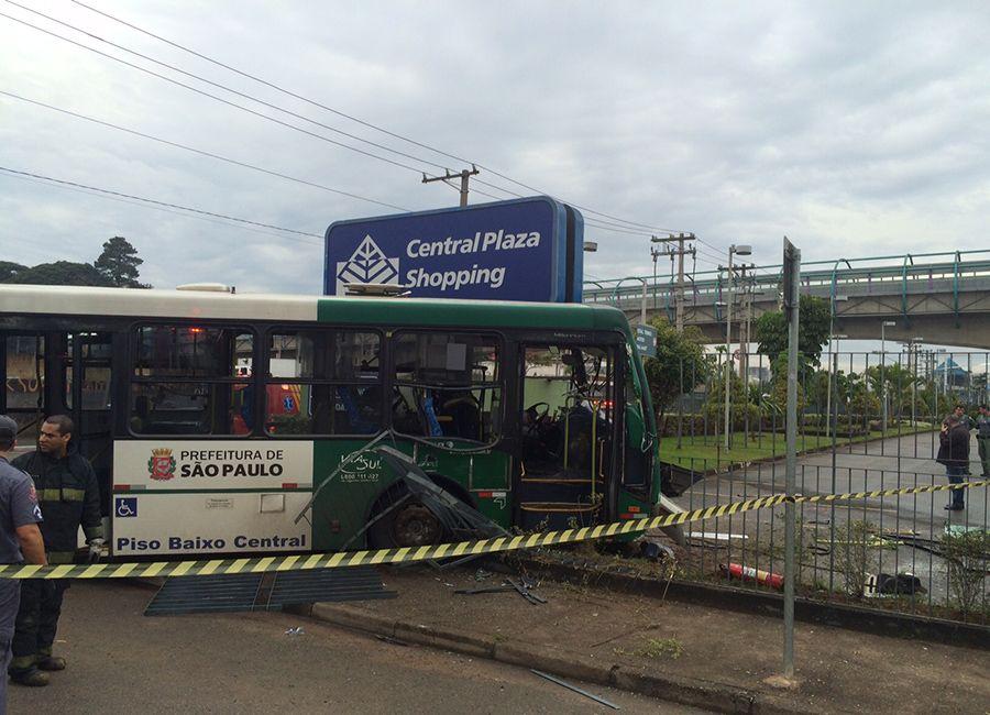Com o acidente, o ônibus acabou invadindo o estacionamento do shopping Central Plaza / Caetano Cury/Rádio Bandeirantes