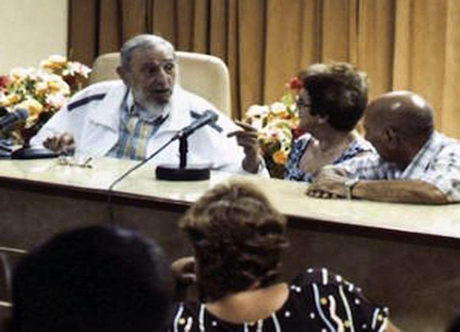 Fidel Castro conversa com produtores de queijo / HO / WWW.CUBADEBATE.CU / AFP