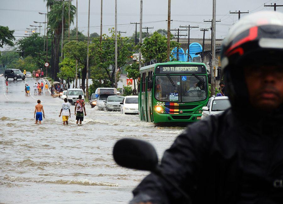 Recife está em estado de alerta / Veetmano Prem / Agência JCM/Fotoarena/Folhapress