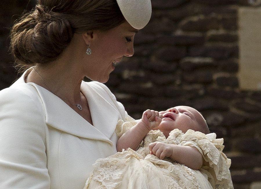 Kate mima Charlotte no batizado / MATT DUNHAM / POOL / AFP