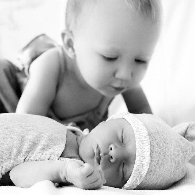 Carmen Gabriela observa o irmãozinho dormindo / Divulgação/Instagram
