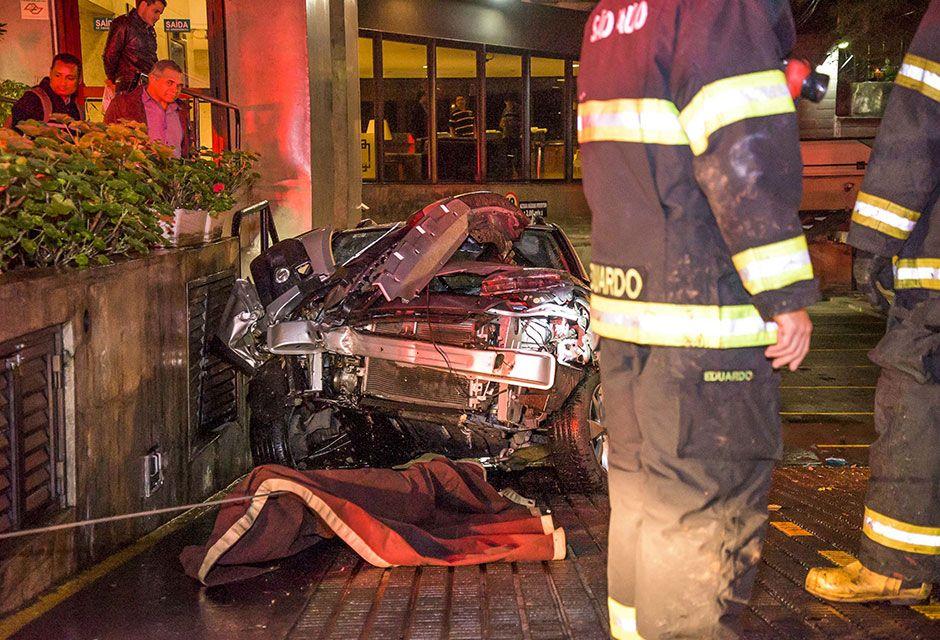 Motorista perde controle de carro e invade garagem em SP