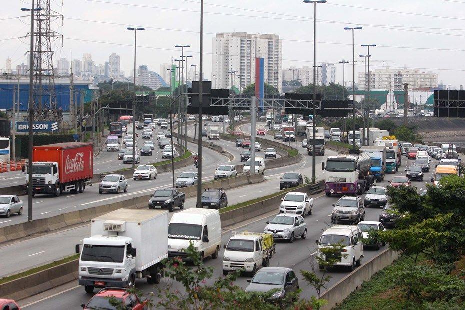 Motoristas reclamam da redução da velocidade em marginais