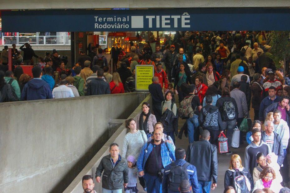 Movimentação de passageiros no Terminal Rodoviário do Tietê às 14h / Leonardo Benassatto/Futura Press/Folhapress