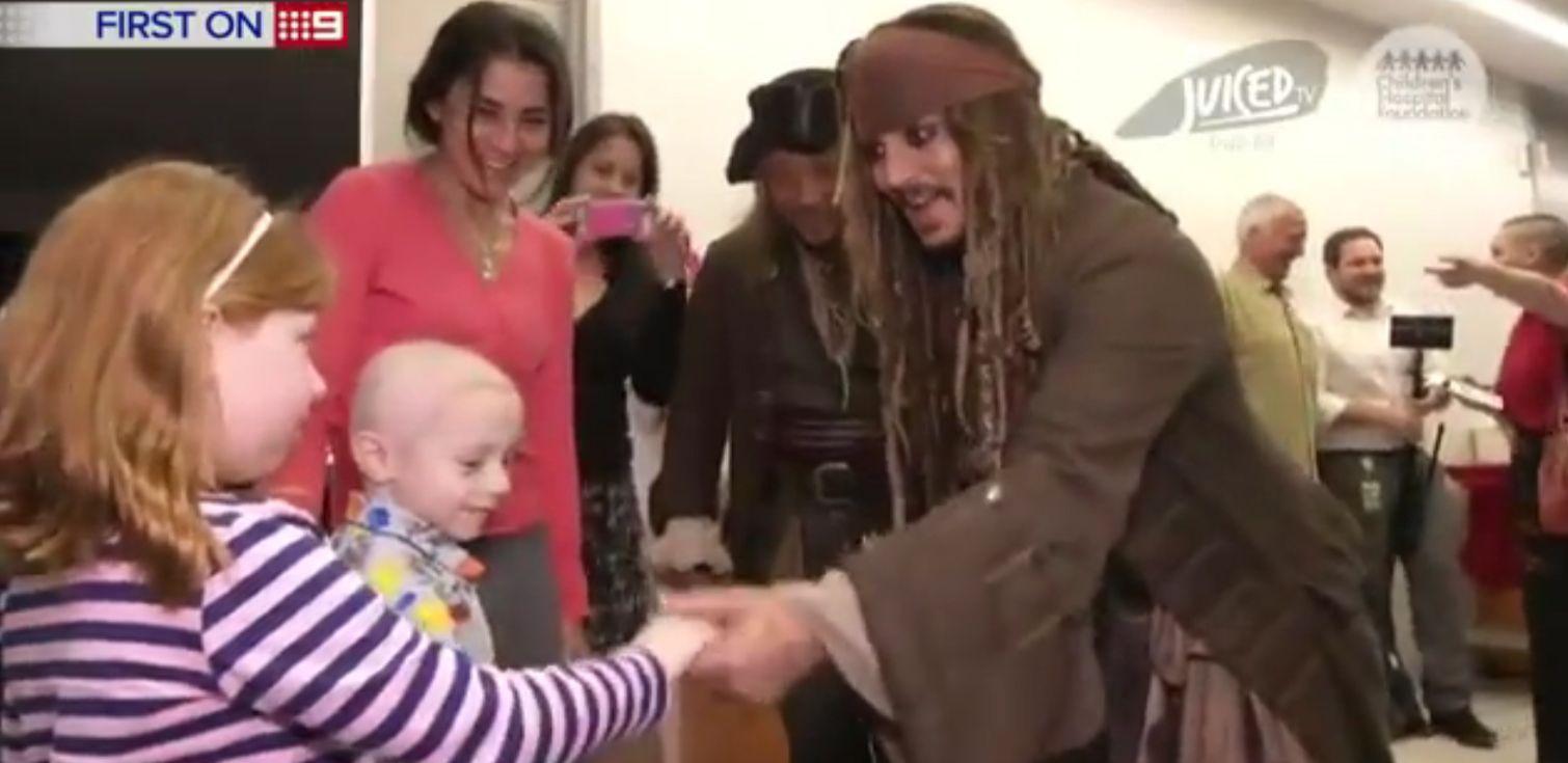 Johnny Depp visitou crianças no hospital na Austrália / Reprodução