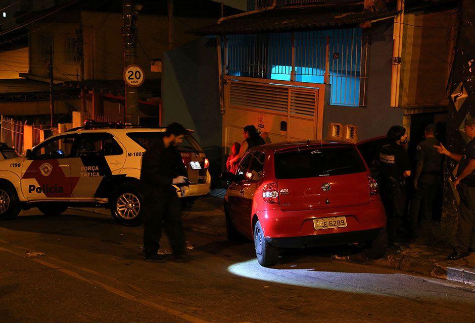 Suspeito que estava dirigindo perdendo controle do veículo e bateu no portão de uma residência / Edison Temoteo/Futura Press/Folhapress
