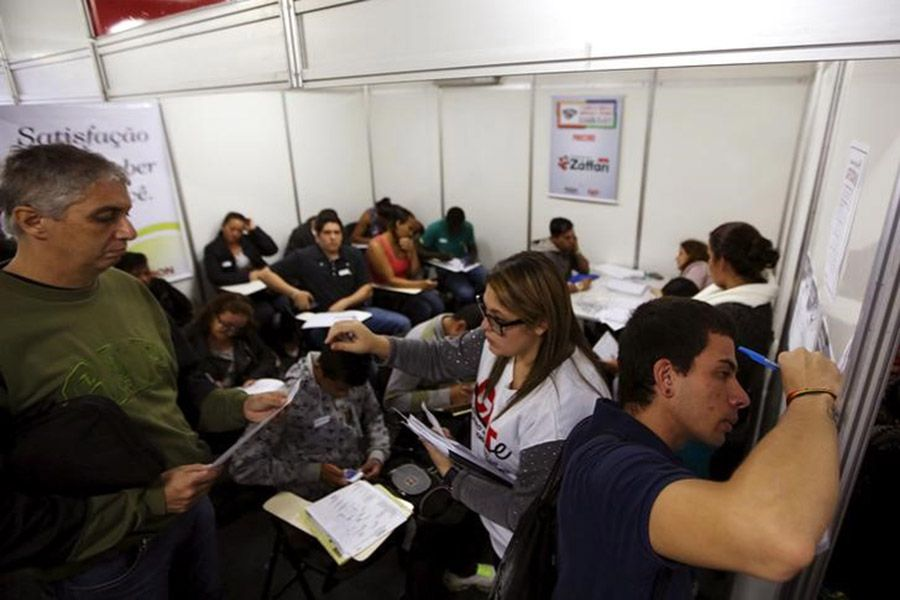 Entre dezembro e fevereiro, o número de pessoas procurando ocupação era de 7,4 milhões / Paulo Whitaker/Reuters