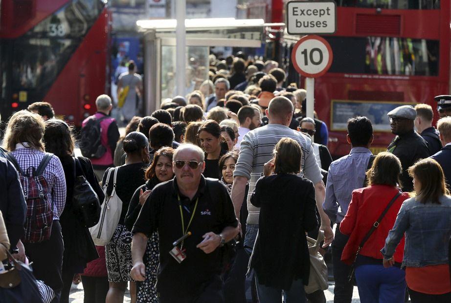 Usuários do metrô têm que caminhar, usar bicicletas ou disputar táxis / REUTERS/Paul Hackett