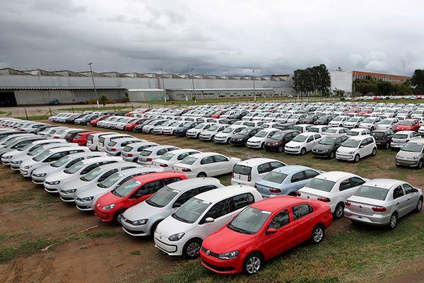 É importante pesquisar em todas as lojas automobilísticas antes de comprar o veículo / Paulo Whitaker / Reuters
